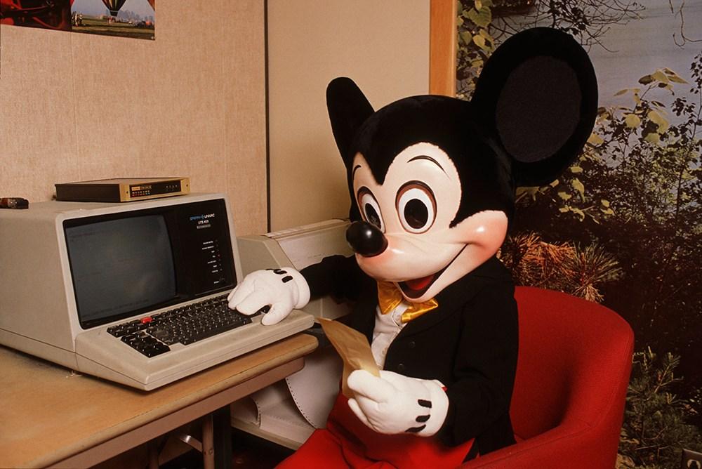 Мики Маус открывает мышь